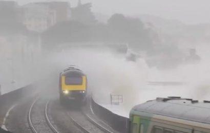 [新聞] 英國最危險的鐵路修建在海邊,隨時有海水拍打著車身
